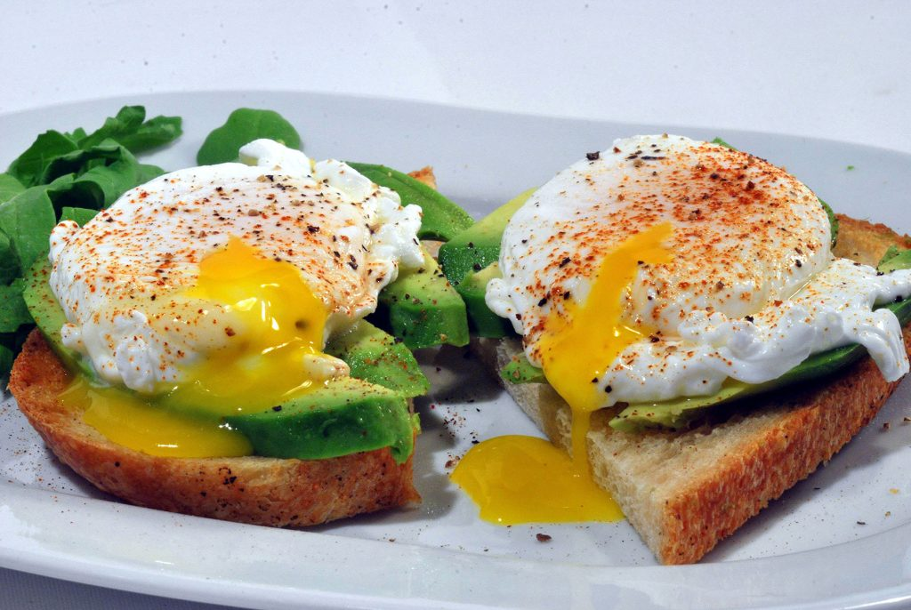 how to cook eggs in a saucepan: perfectly cooked poached eggs on toast